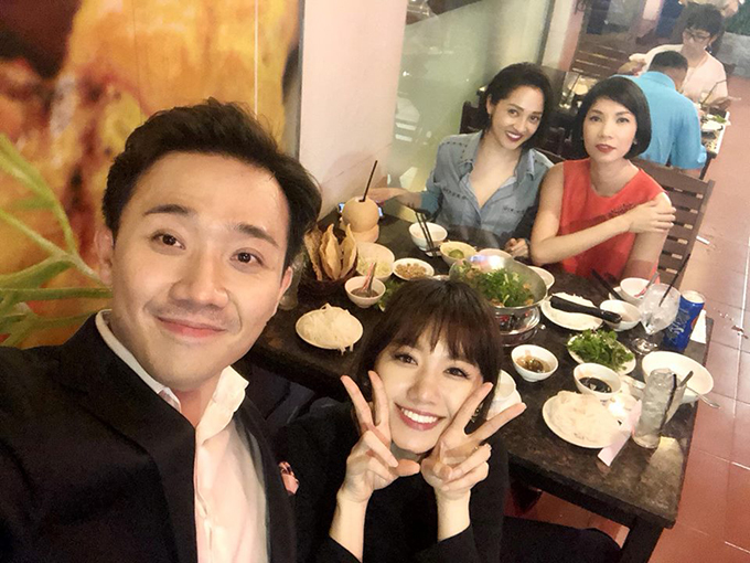 Vợ chồng Hari - Trấn Thành đi ăn tối cùng Bảo Anh và người mẫu Xuân Lan.