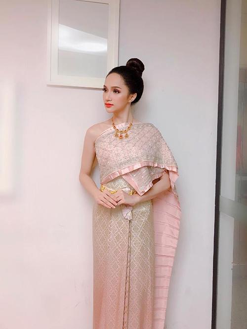 Hương Giang Idol hoá thân thành cô gái Thái Lan với bộ váy truyền thống dân tộc. Người đẹp đang được ủng hộ và kỳ vọng nhiều trong cuộc thi sắc đẹp chuyển giới.