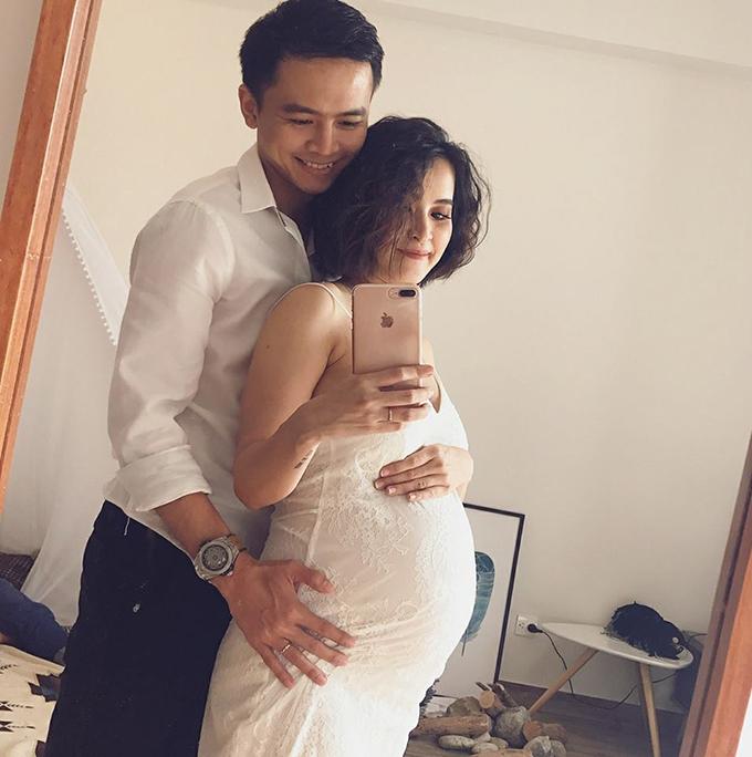 Văn Anh thay ảnh avatar Facebook bằng hình ảnh hai vợ chồng cùng chú thích gia đình vui vẻ.
