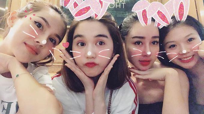 Sau khi gây xôn xao bằng loạt ảnh nude, Ngọc Trinh quay lại cuộc sống bên những cô bạn thân, cùng nhau đi xem phim ngày cuối tuần.