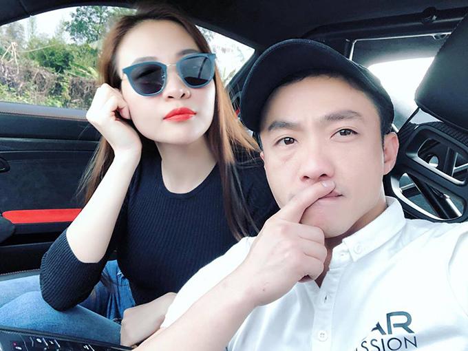 Cường Đôla tham gia hành trình siêu xe khởi động tại Hà Nội. Đàm Thu Trang ngồi cạnh bạn trai rên chiếc Porsche di chuyển từ Hà Nội lên Lào Cai.