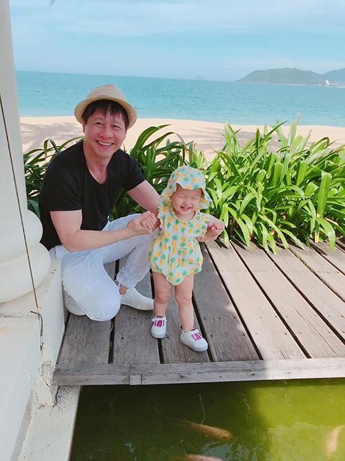 Ông xã Phan Như Thảo khéo chăm con chẳng kém gì vợ, cả gia đình đang có chuyến du lịch đầu năm.