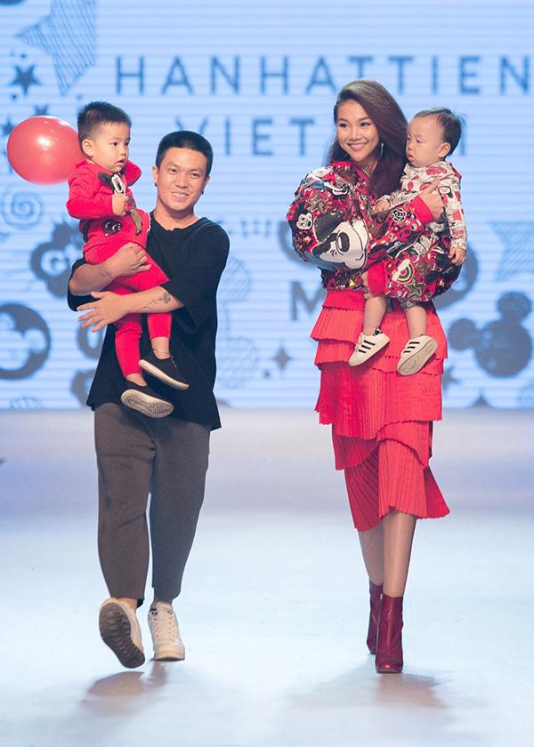 Nhà thiết kế Hà Nhật Tiến và Thanh Hằng xuất hiện trong phần chào kết màn trình diễn.