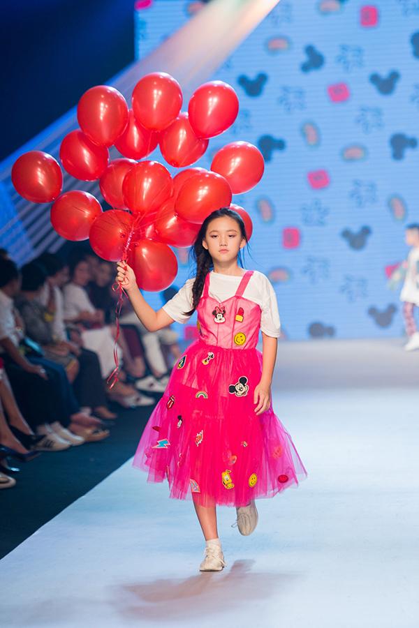 Trang phục đính sticker đầy cá tính tiếp tục được nhà thiết kế sử dụng để mang đến nhiều mẫu trang phục xinh xắn cho dòng thời trang trẻ em.