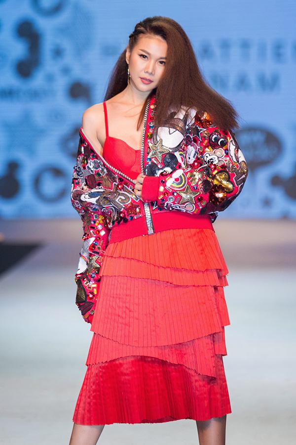 Thanh Hằng mang tới sự bất ngờ và ấn tượng khi xuất hiện trong vị trí vedette ở màn trình diễn bộ sưu tập mới của nhà thiết kế Hà Nhật Tiến.