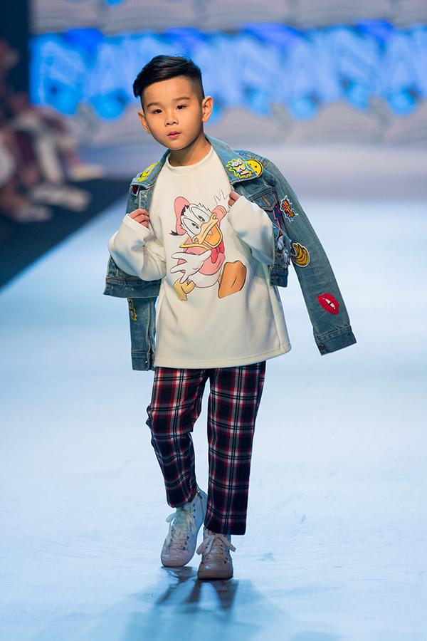 Áo thun cho các bé trở nên bắt mắt hơn với hoạ tiết in hình chuộc mickey, vịt donal.