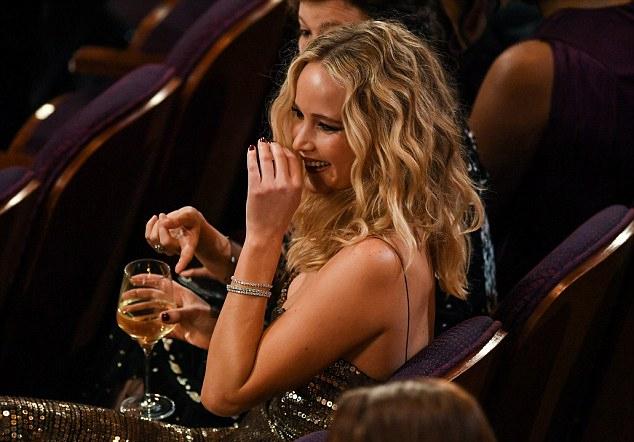 Jennifer Lawrence vén váy trèo qua ghế trong khán phòng Oscar - 4