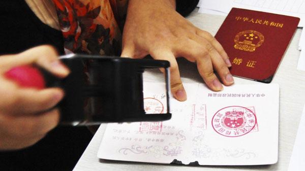 Bố mẹ hai bên bỏ tiền mua giấy chứng nhận kết hôn giả cho cặp đôi. Ảnh minh họa.