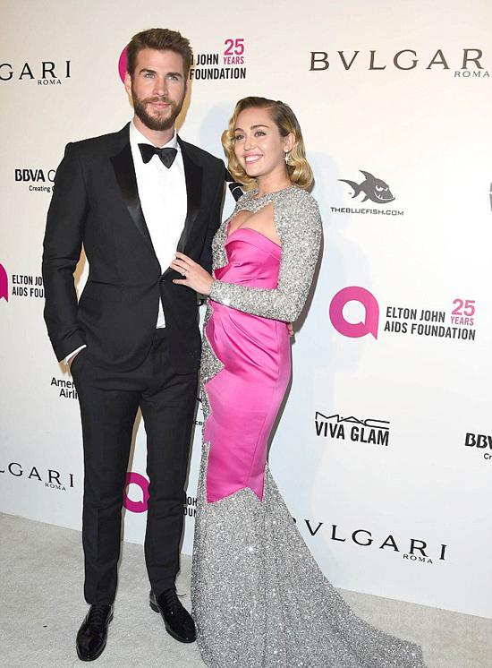 Miley Cyrus cùng Liam tới bữa tiệc thường niên của ca sĩ Elton John. Sự kiện không chỉ là nơi hội ngộ của các ngôi sao Hollywood để mừng chiến thắng Oscar mà còn là dịp quyên tiền cho quỹ từ thiện phòng chống AIDS của danh ca người Anh.
