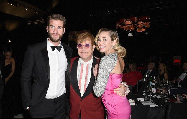 Miley và Liam bên chủ xị của đêm tiệc - danh ca Elton John.