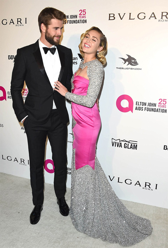 Miley hạnh phúc chụp ảnh cùng vị hôn phu trên thảm đỏ. Đây là dịp hiếm hoi cặp đôi đi dự sự kiện cùng nhau từ khi tái hợp vào năm 2015.
