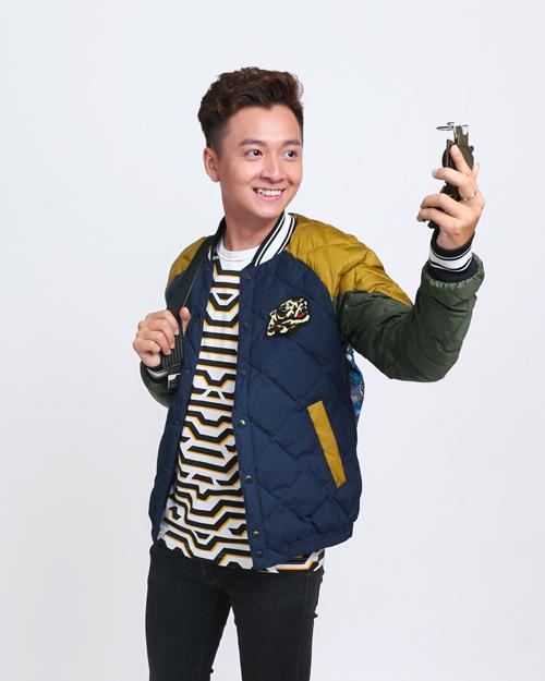 Ngô Kiến Huy trẻ trung với T-shirt và áo khoác bomber. Chàng Bắpcũng chọn trang phục của Kenzo khi tham giaphim ngắn  Tết của Tài tại Gala Nhạc Việt.