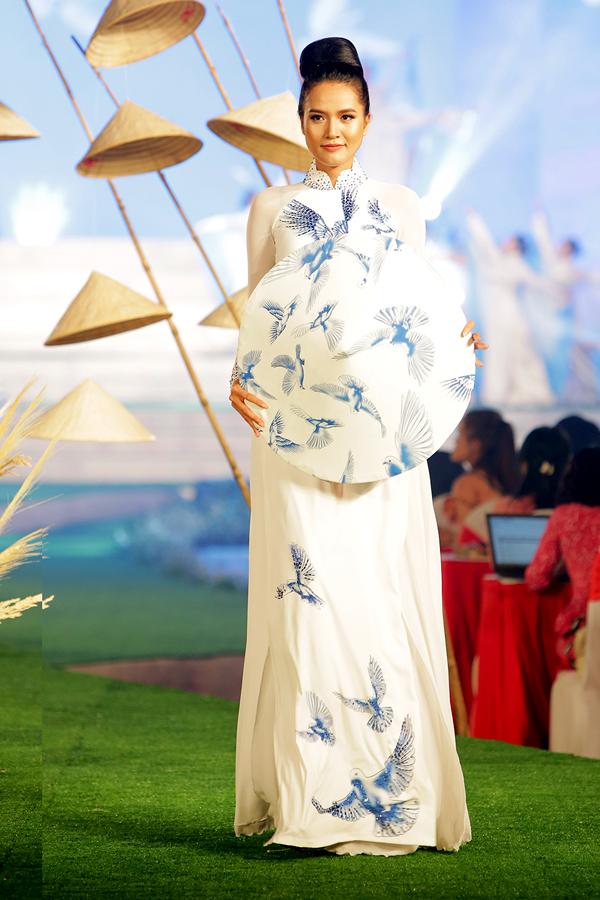 Người mẫu Quanh Đi giới thiệu trang phục truyền thống và nón lá ton-sur-ton trắng, họa tiết chim bồ câu.