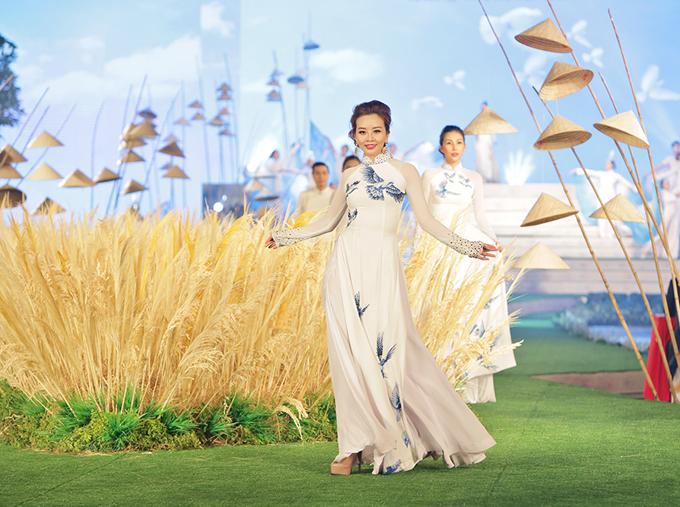 Ngô Nhật Huy chia sẻ, hình ảnh những chú chim bồ câu sải cánh trên nền trời gợi cảm hứng cho anh sáng tạo những thiết kế mới. Trang phục may bằng vải voan mỏng nhiều lớp, tạo cảm giác bay bổng khi các người đẹp trình diễn.