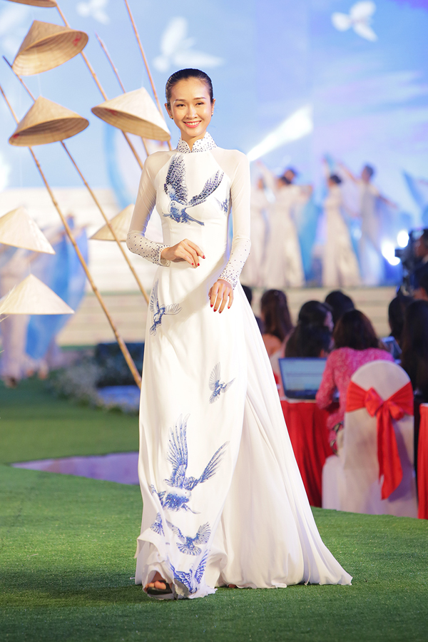 Họa tiết trên trang phục được đính pha lê lấp lánh tạo điểm nhấn tinh tế.