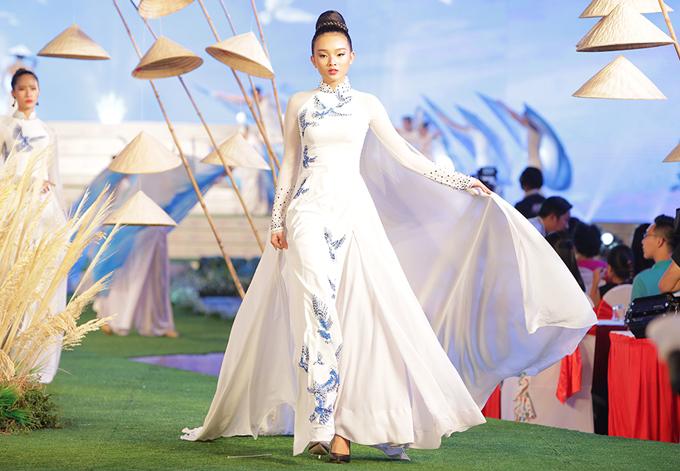 Phan Thu Quyên và dàn mẫu khoe dáng với áo dài họa tiết chim bồ câu - 5