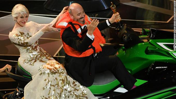 Mark Bridges không chỉ ẵm tượng vàng mà còn rinh về chiếc môtô nước sành điệu trị giá 18.000 USD.