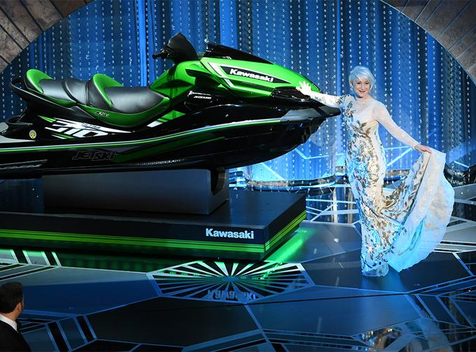 Minh tinh Helen Mirren gây bất ngờ khi làm người mẫu giới thiệu chiếc môtô nước trên sân khấu Oscar 2018.
