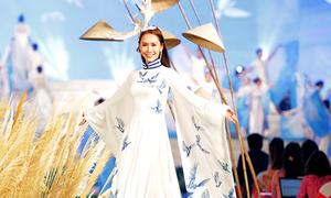 Phan Thu Quyên và dàn mẫu khoe dáng với áo dài họa tiết chim bồ câu