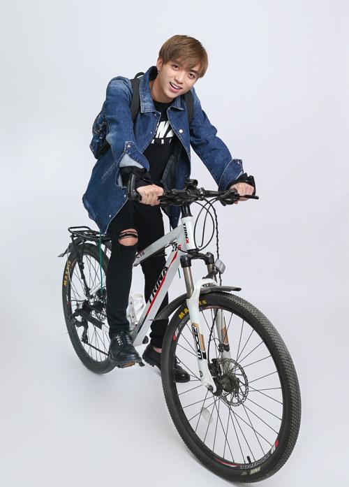 Nam ca sĩ Phíasau một cô gáitrung thành với phong cách đường phố bụi bặm, năng động. Bởi vậy, những thiết kế jeans của Kenzo được anh khai thác triệt để.