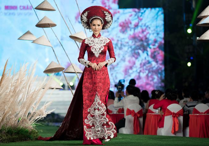 Người đẹp Thanh Hoài mở màn tiết mục này.