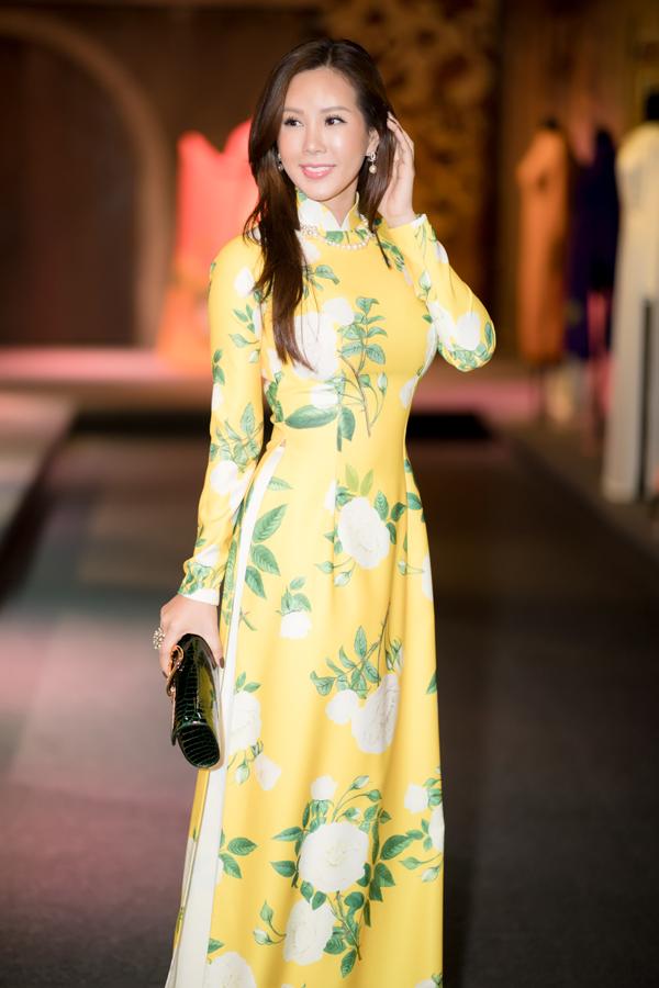 Thu Hoài chia sẻ, chị sở hữu nhiều bộ cánh của các nhà thiết kế nổi tiếng cả trong và ngoài nước nhưng vẫn thích mặc áo dài dự các lễ hội, sự kiện mang tính trang nghiêm. Áo dài giúp tôi tôn vóc dáng và quảng bá hình ảnh Việt Nam với bạn bè quốc tế, người đẹp nói.