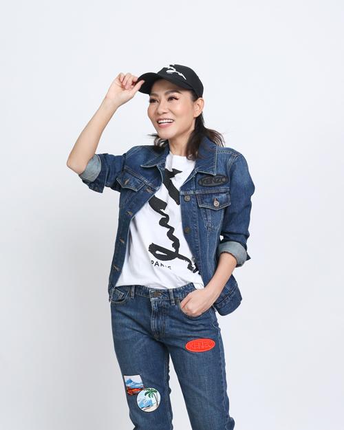 Bà mẹ một con Thu Minh biến hóa với phong cáchcá tính khi chọn full set jean kết hợpT-shirt trắng.