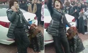 Vợ gọi chồng đến xem mình đánh bồ nhí giữa đường