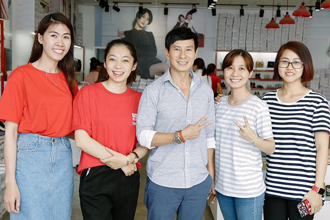 Mới đây, Lý Hải đến một cửa hàng túi xách và giày ở TP HCM để mua quà tặng cho bà xã nhân dịp 8/3. Nam ca sĩ được nhiều khán giả nữ hâm mộ, xin chụp ảnh chung.