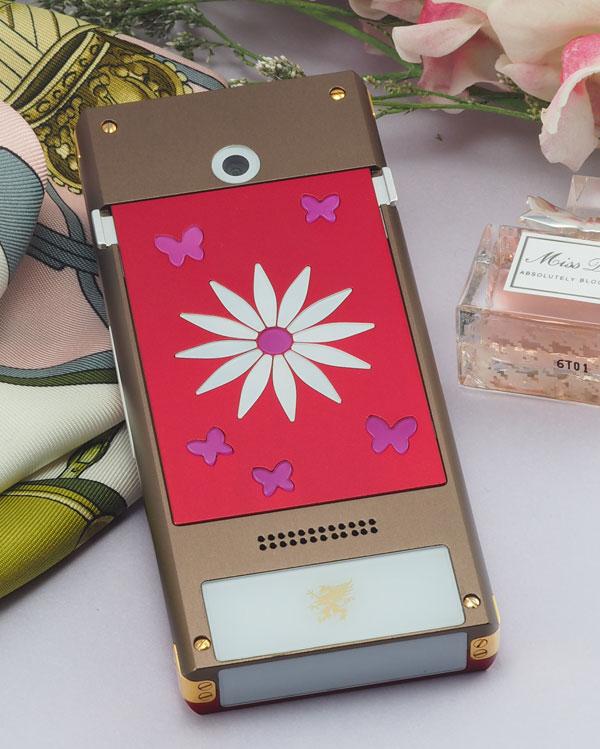 1. Professional 3 VG Fleur:  Chiếc điện thoại nổi bật bởi khoảnh khắc bông hoa bung cánh giữa những cánh bướm lãng mạn.  Nhà sản xuất khéo léo lồng ghép một thông điệp yêu thương he loves me, he loves me not khiến người ta khó có thể lảng tránh khi tình yêu tìm đến mình.