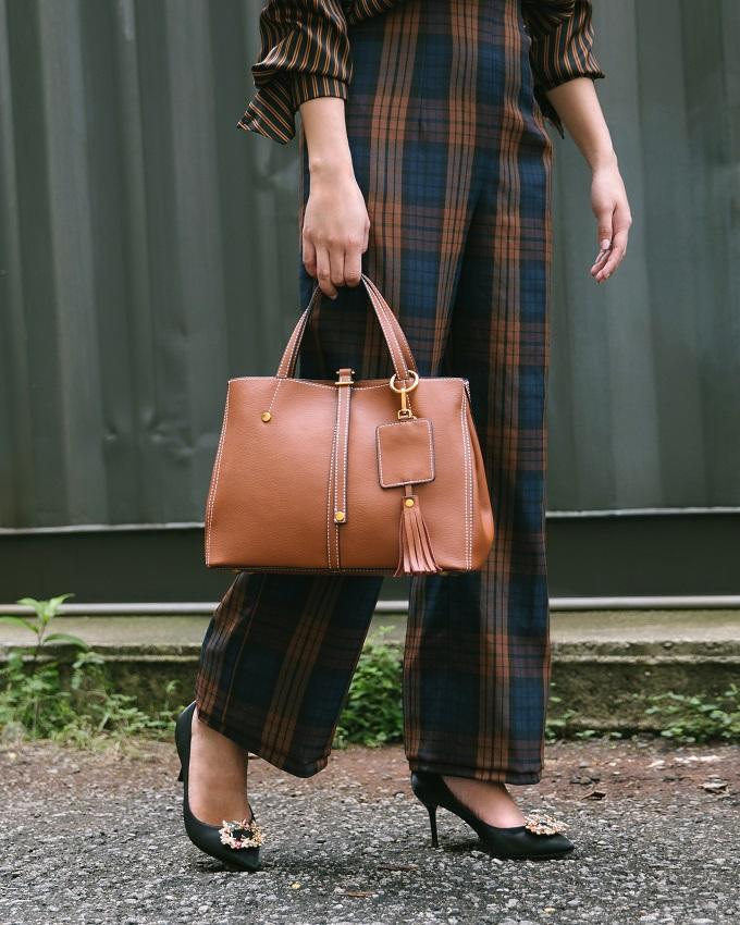 Thương hiệu Pazzion mang tới những mẫu túi tiện dụng, chất liệu da cao cấp, thiết kế tinh tế,có thể dùng đểvừa đi làm, vừa đi chơi.