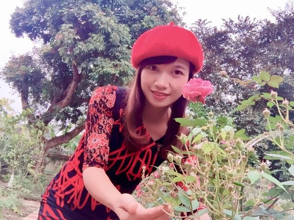 Chị Hằng sinh ra ở nông thôn nên quen thuộc với việc trồng trọt, chăm bón. Chị yêu hoa từ nhỏ, luôn ao ướctrang hoàng tổ ấm của mình bằng hàng trăm khóm hồng. Vài năm trước, nhân dịp căn nhà mới xây xong, chị bàn với ông xã kế hoạch cải tạo mảnh sân 400 m2 thành nơi chỗ trồng hoa.