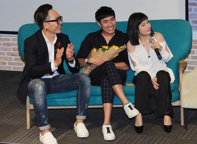 Nhạc sĩ Nguyễn Hoàng Duy (ngoài cùng bên trái) là giám đốc âm nhạc của chương trình. Anh thích thú nghe Cát Phượng kể lại những kỷ niệm khi làm mai mối cho các thí sinh. Nữ diễn viên bật mí, nhiều lần cô không kiềm chế được cảm xúc vìchứng kiến những màn tỏ tình quá lãng mạn.