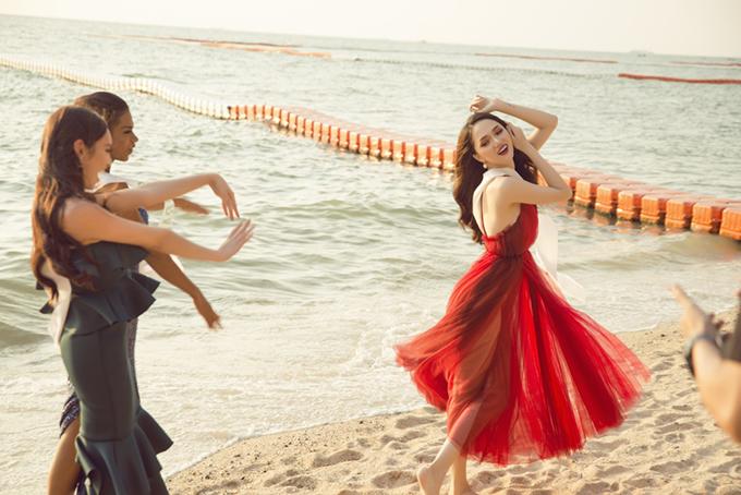 Cô và 27 thí sinh có buổi ghi hình tại bãi biển Pattaya.