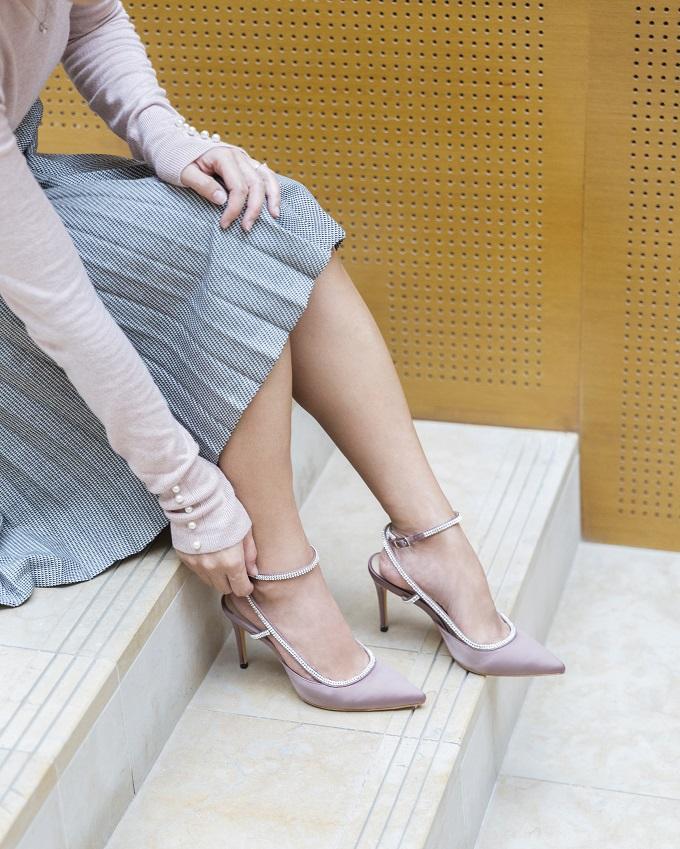 Thiết kế giày satin với tone màu tím nhạt đính đá giúp tôn đôi bàn chân quyến rũ của phái đẹp. Với chất liệu êm ái, đạttiêu chuẩn hãng, chị emsẽ không còn lo lắng dù phảiđứng trênđôigiày cao gótcả ngày.