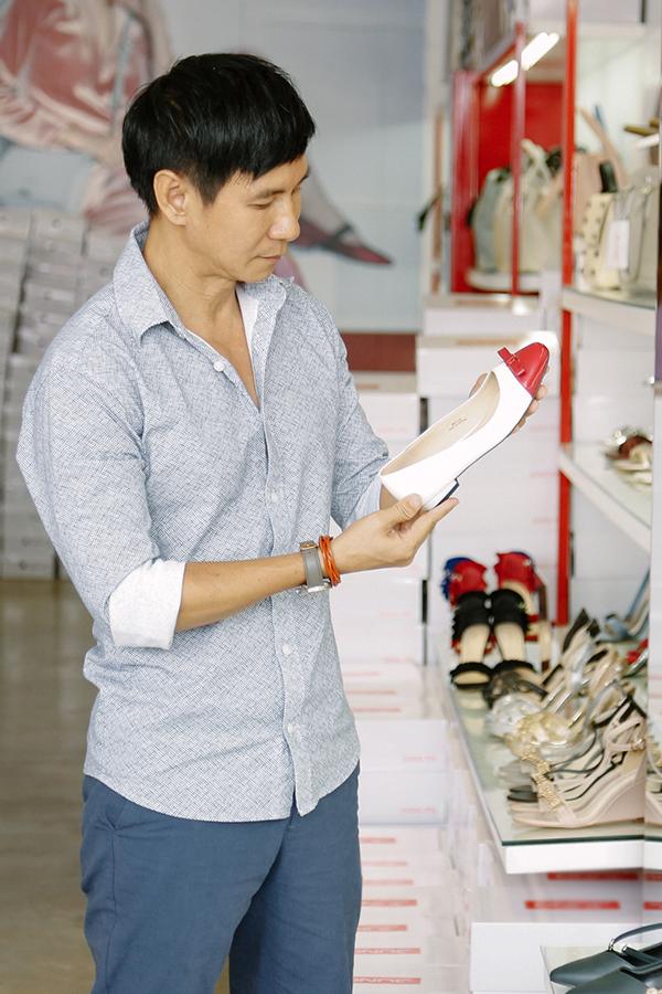 8/3 năm nay là lần đầu tiên Lý Hải đi mua quà tặng Minh Hà. Anh mua cả túi xách và giày nên chọn món để phối khá mất thời gian. Anh đặc biệt lưu ý màu trắng vì bà xã thích màu này.