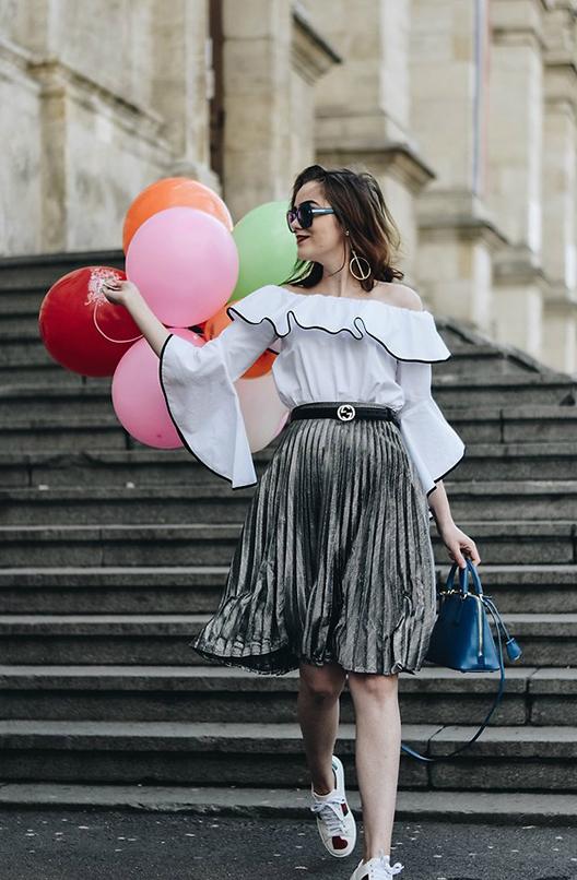 Đối với những cô nàng không ưa chuộng lắm phong cách menswear họ lại chọn dây thắt lưng để tô điểm khi diện các kiểu chân váy midi điệu đà, kết hợp cùng áo vai trần gợi cảm.