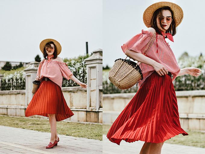 Thiết kế dây lưng dáng mảnh là sản phẩm được ưa chuộng nhất, nó tạo nên điểm nhấn nhẹ nhàng cho trang phục áo cô rô trễ vai đi cùng chân váy dập ly tông đỏ nổi bật.