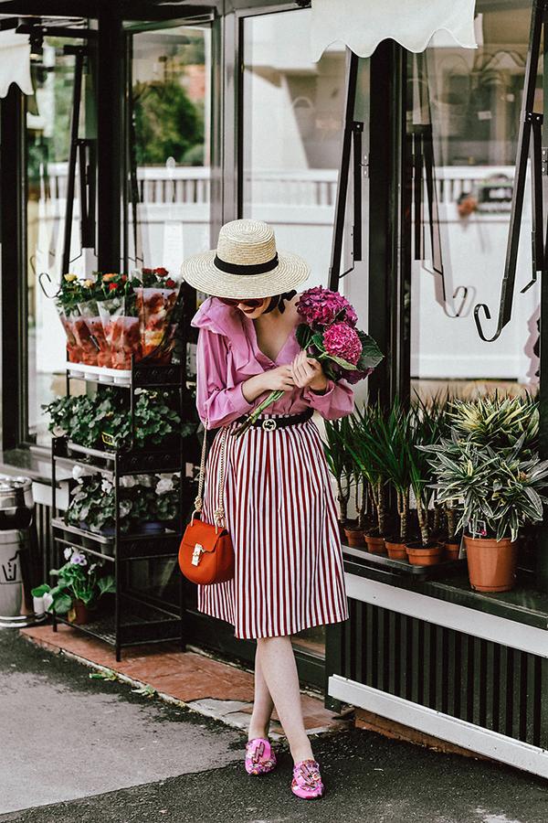 Khi diện chân váy xoè, chân váy midi cùng các kiểu sơ mi biến tấu nhiều tín đồ thời trang cũng chọn thêm dây dưng của Gucci để phối đồ.