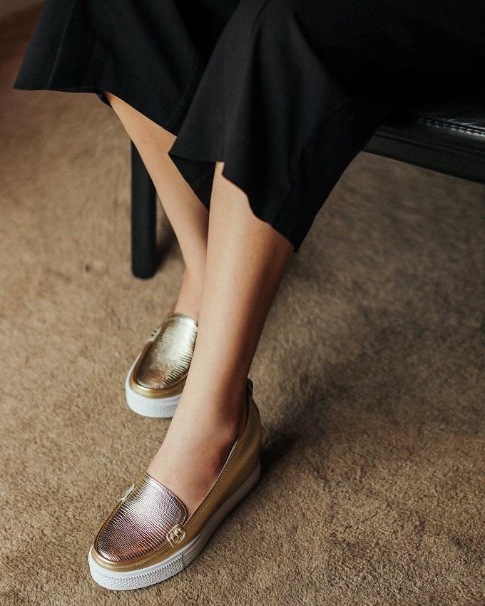 Bên cạnh những đôi giày cao gót sang chảnh, chị em cũngcó thể thử các mẫu giày slip-on tiện dụng khi phải di chuyển nhiều.