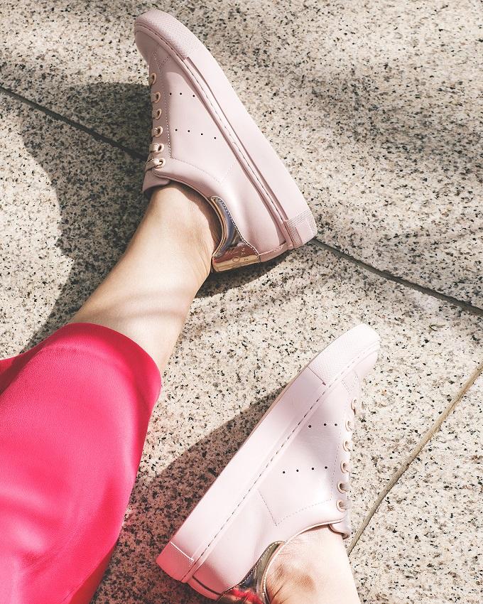 Đôi khi, thay đổi phong cách với một đôi giày thể thao cũng khiến phái đẹp thấythoải mái và trẻ trung hơn.