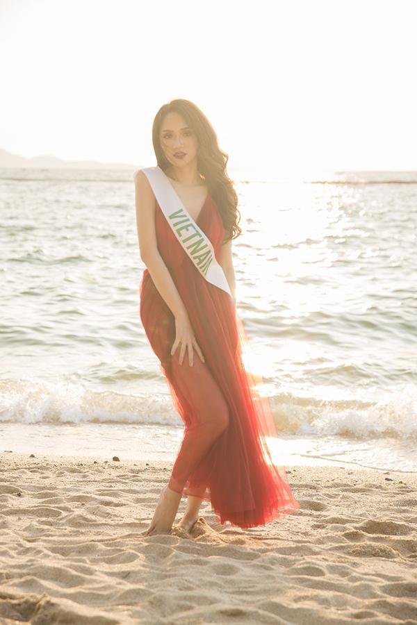 Giải Người đẹp truyền thôngcủa Hoa hậu Chuyển giới Quốc tế 2018 sẽ được tính dựa trên lượt tương tác của khán giả cho thí sinh trên cả Fanpage, Instagram và Youtube của cuộc thi. Hương Giang cũng đang nằm trong top ứng cử viên sáng giá cho giải thưởng phụ này.
