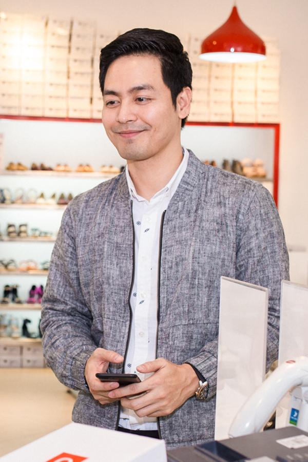 MC Phan Anh cũng tự tay chọn quà tặng vợ.