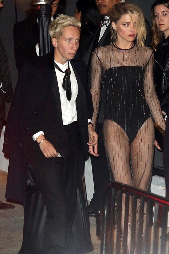 Bạn gái cũ của Elon Musk - nữ diễn viên Amber Heard - cũng tới bữa tiệc hậu Oscar. Cô mặc bộ váy xuyên thấu sexy.