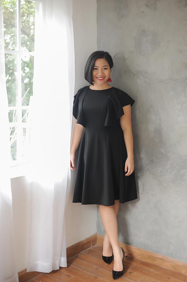 Các mẫu váy liền thân trên tông màu đơn sắc được lấy cảm hứng từ những quý cô công sở dịu dàng và sang trọng.