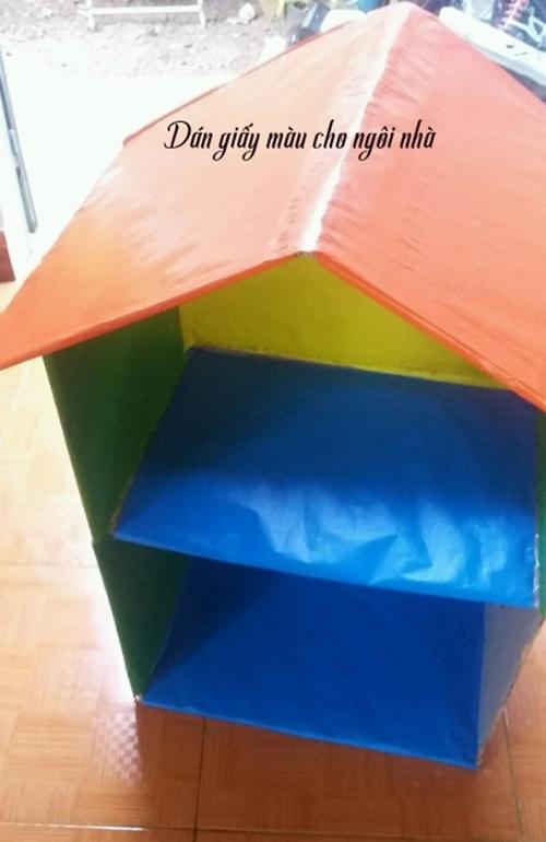 Dùng giấy màu thủ công trang trí ngôi nhà để hoàn thiện phần khung.