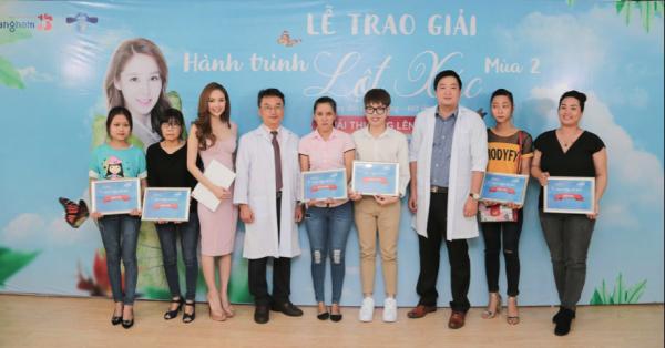 Phương Tuyền (ngoài cùng bên trái) chụp ảnh cùng Đức Phúc cùng các chuyên gia tại Hành trình lột xác.