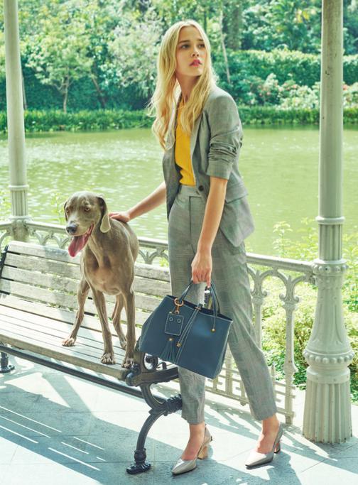 Bộ trang phục và túi xách to bản thích hợp khi đi làm, dạo phố hay gặp đối tác, khách hàng.