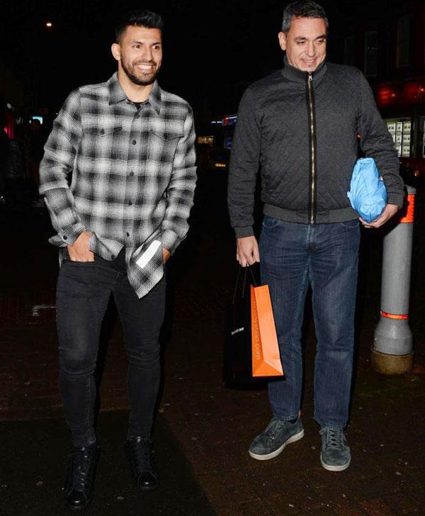 Tiền đạo Argentina đi cùng một người đàn ông ôm gói quà