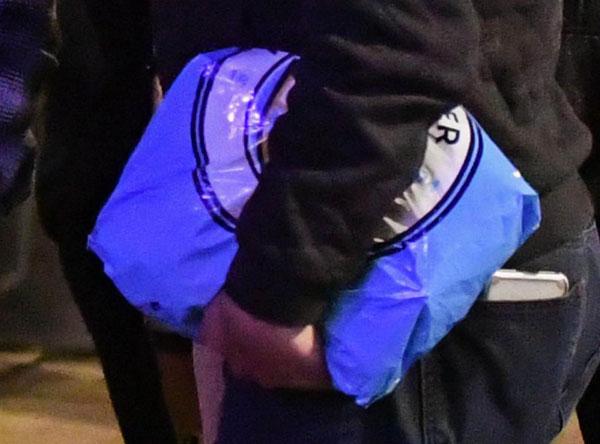 The Sun cho rằng, Aguero tặng quà bọc túi in logo Man City cho người bạn.